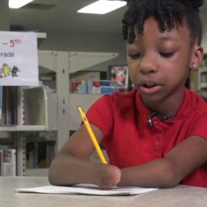 menina sem mãos vence concurso caligrafia