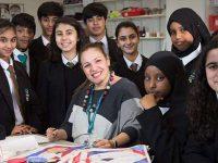 professora aprende 35 idiomas ensinar alunos imigrantes
