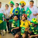 torcedores brasileiros festa crianças russas câncer