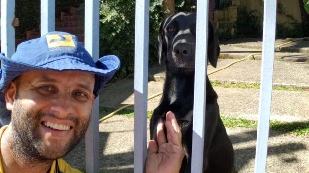 carteiro conquista cães faz sucesso selfies internet