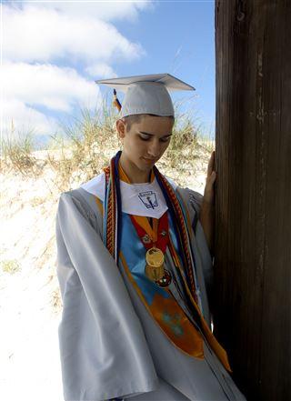 Jovem homossexual rejeitado pelos pais arrecada 50 mil dólares para entrar na universidade