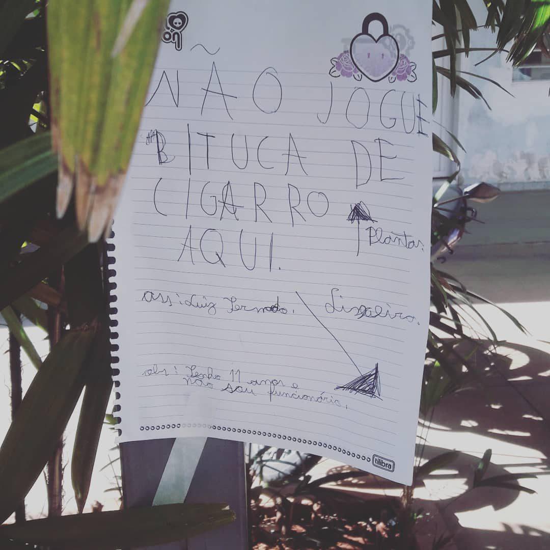menino recolhe bitucas cigarro deixa bilhetes funcionários posto saúde