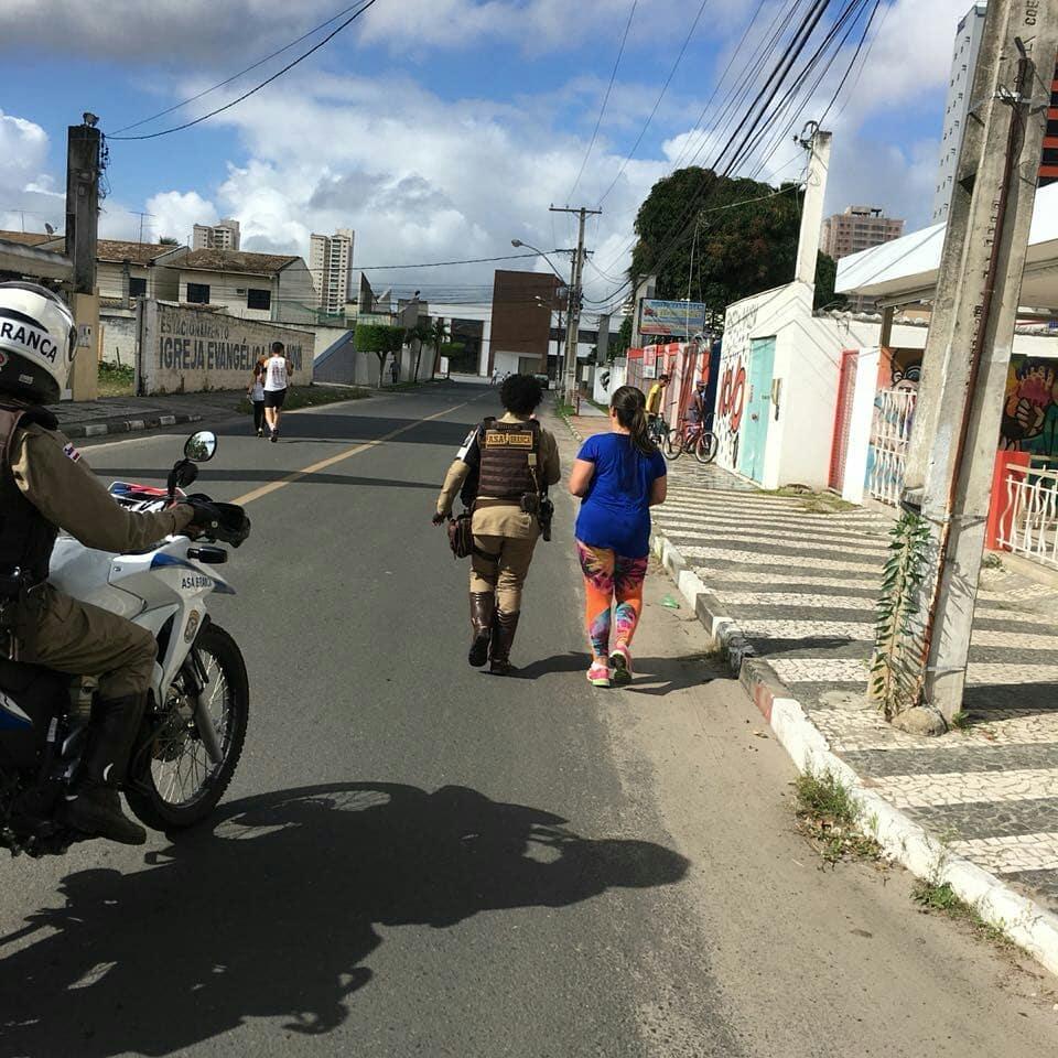 policial ajuda mulher terminar corrida