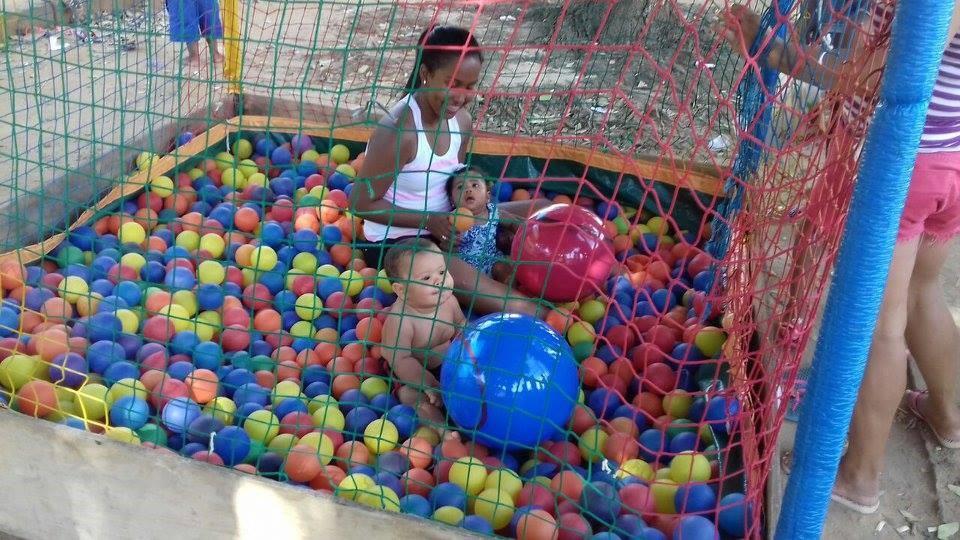 homem compra brinquedos crianças carentes