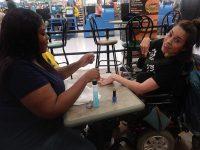 caixa supermercado pinta unhas mulher rejeitada salão beleza
