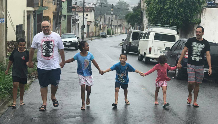 criança mais feliz do mundo ganha três irmãos