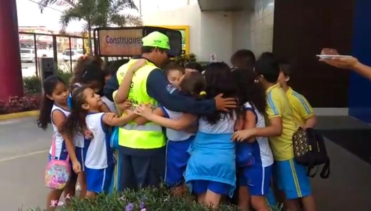 alunos emocionam guarda trânsito aniversário