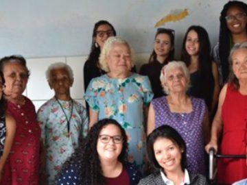 estudantes criam roupas acessibilidade mulheres idosas