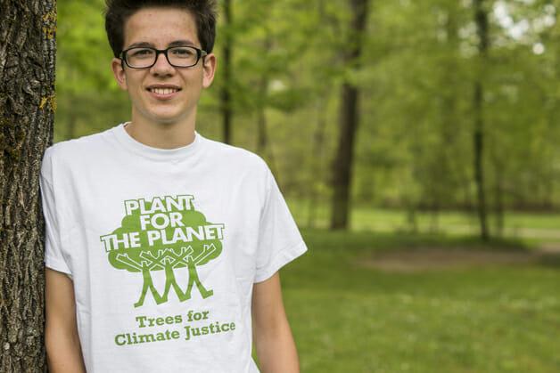 jovem planta 1 milhão árvores