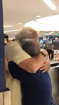 filho cobre pai beijos reencontro