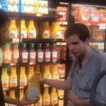 funcionário mercearia ajuda adolescente autista