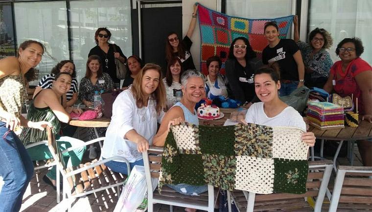 voluntárias confeccionam mantas idosos asilos