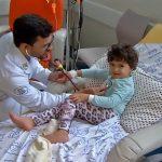 menino curado câncer vira médico cuidar crianças