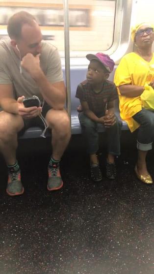 homem empresta celular garotinho metrô