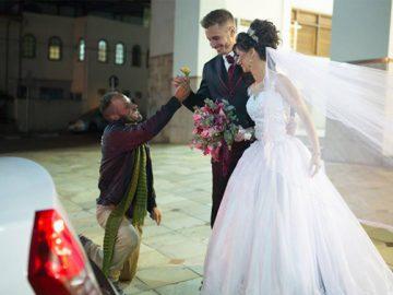 morador de rua entrega flor noivos vinhedo