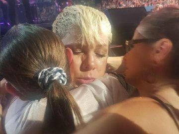 pink interrompe show abraçar fã perdeu mãe