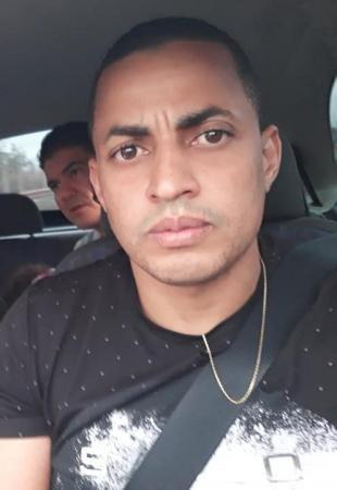 policiais arriscam carreira salvar família carro capotado