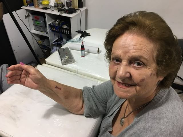 Idosa tatua apelido fofo marido diminuir saudade