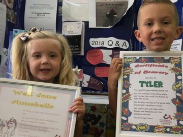 menino autismo premiado após ligar emergência salvar mãe