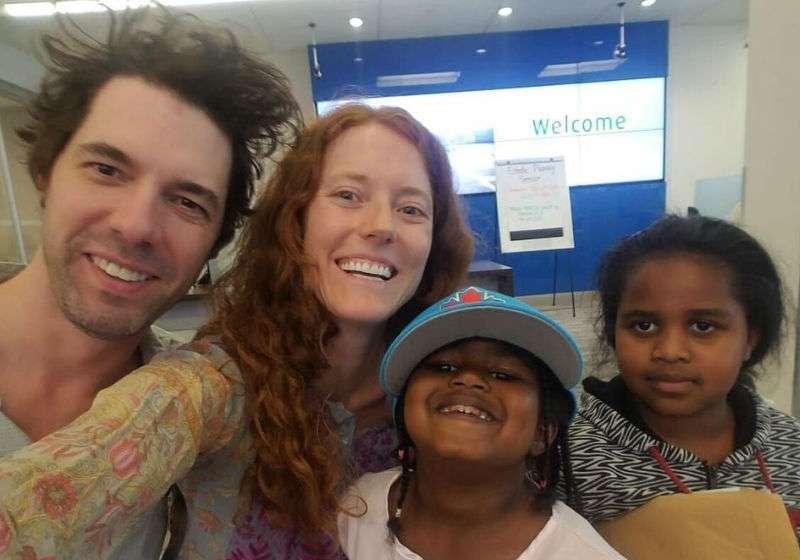 casal troca presentes casamento viagem família refugiados