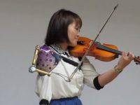 japonesa toca violino prótese