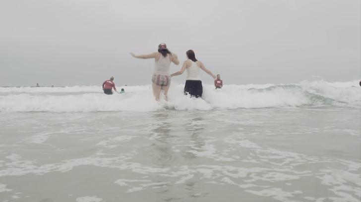 adolescentes adotados vão praia primeira vez