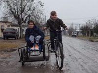 menino cria bicicleta primo cadeirante
