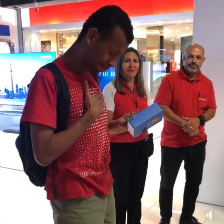vendedores compram celular jovem olha carros