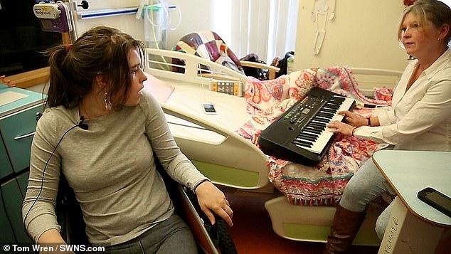 Garota com Síndrome do Encarceramento 'acorda' após sua mãe tocar piano