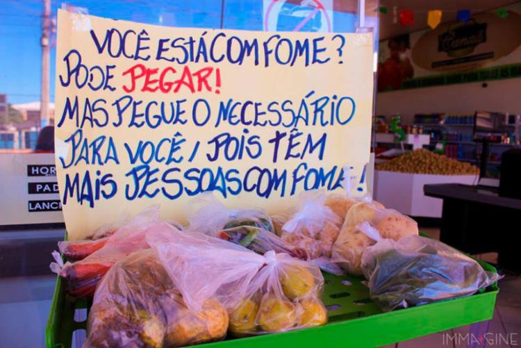 Dono mercados, casal doa alimentos pessoas carentes