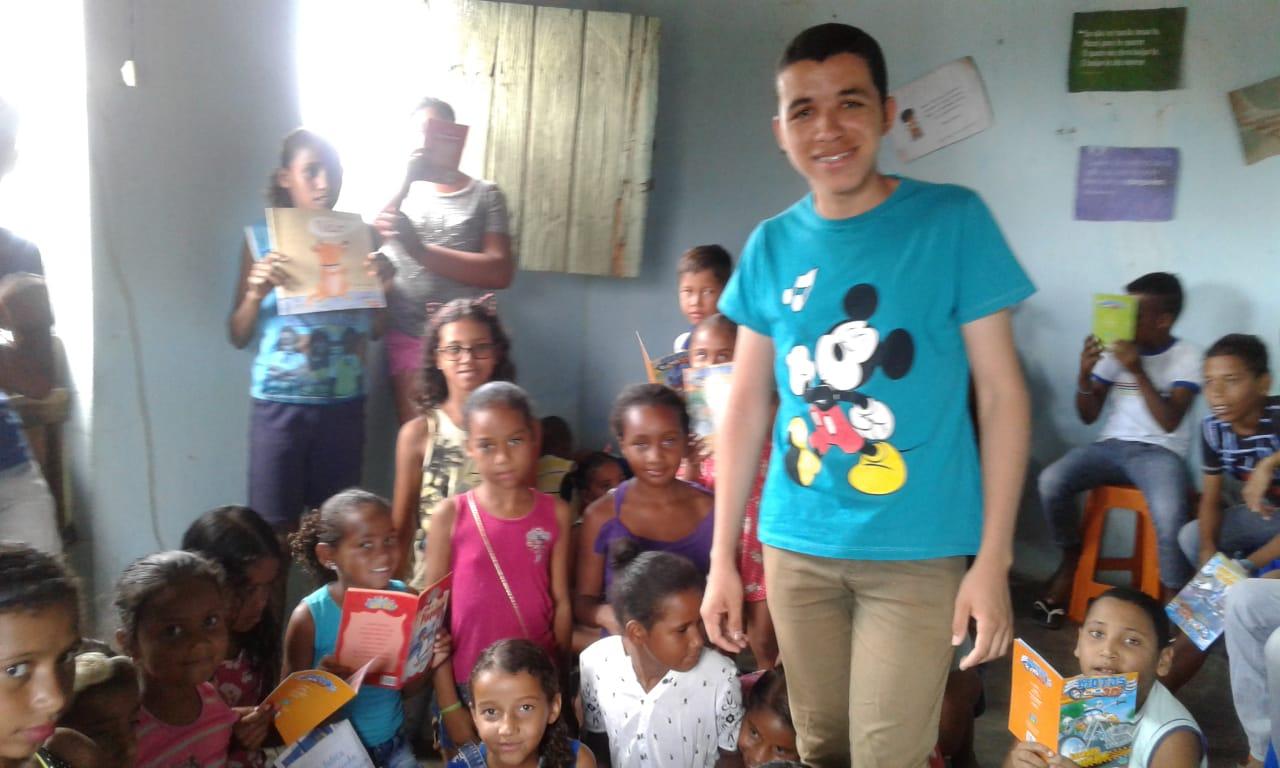 jovem cria biblioteca proteger crianças drogas prostituição