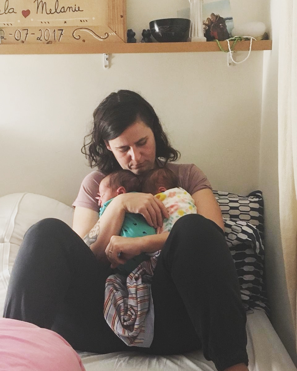 mãe indução lactação amamentar filhos gêmeos junto companheira