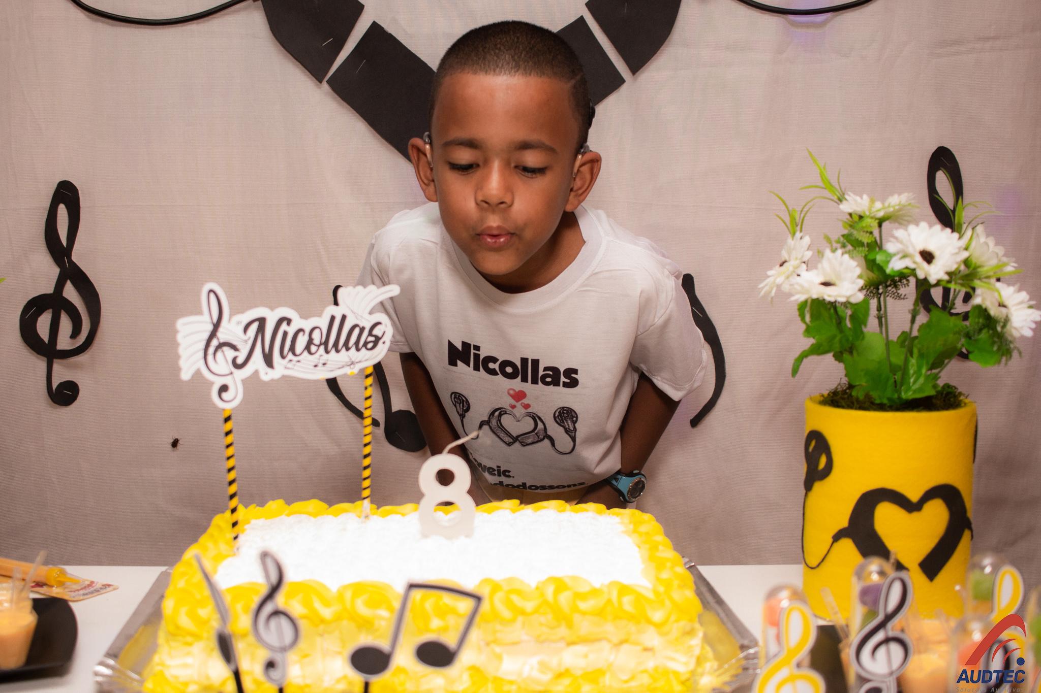 menino festa aniversário tema implante auditivo