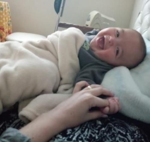 mulher salva mãe bebê explosão acidente
