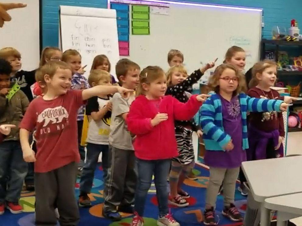 Crianças cantam parabéns língua sinais zelador
