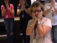 funcionários ovacionam colega despedida empresa