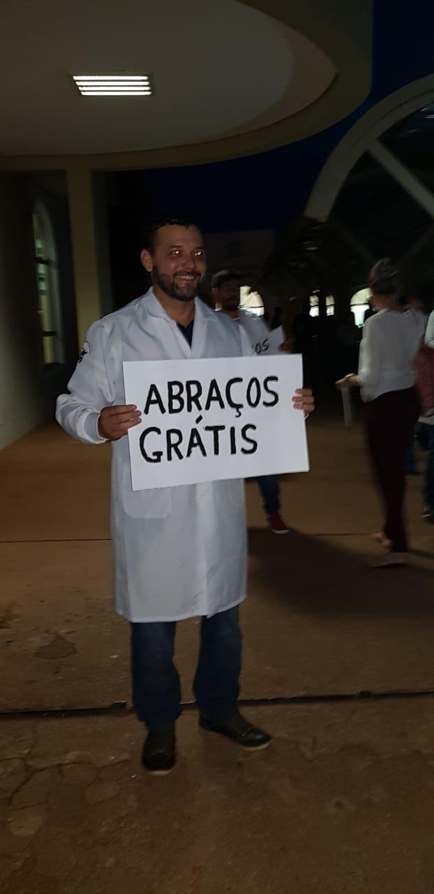 estudantes distribuem abraços gratuitos semanas provas