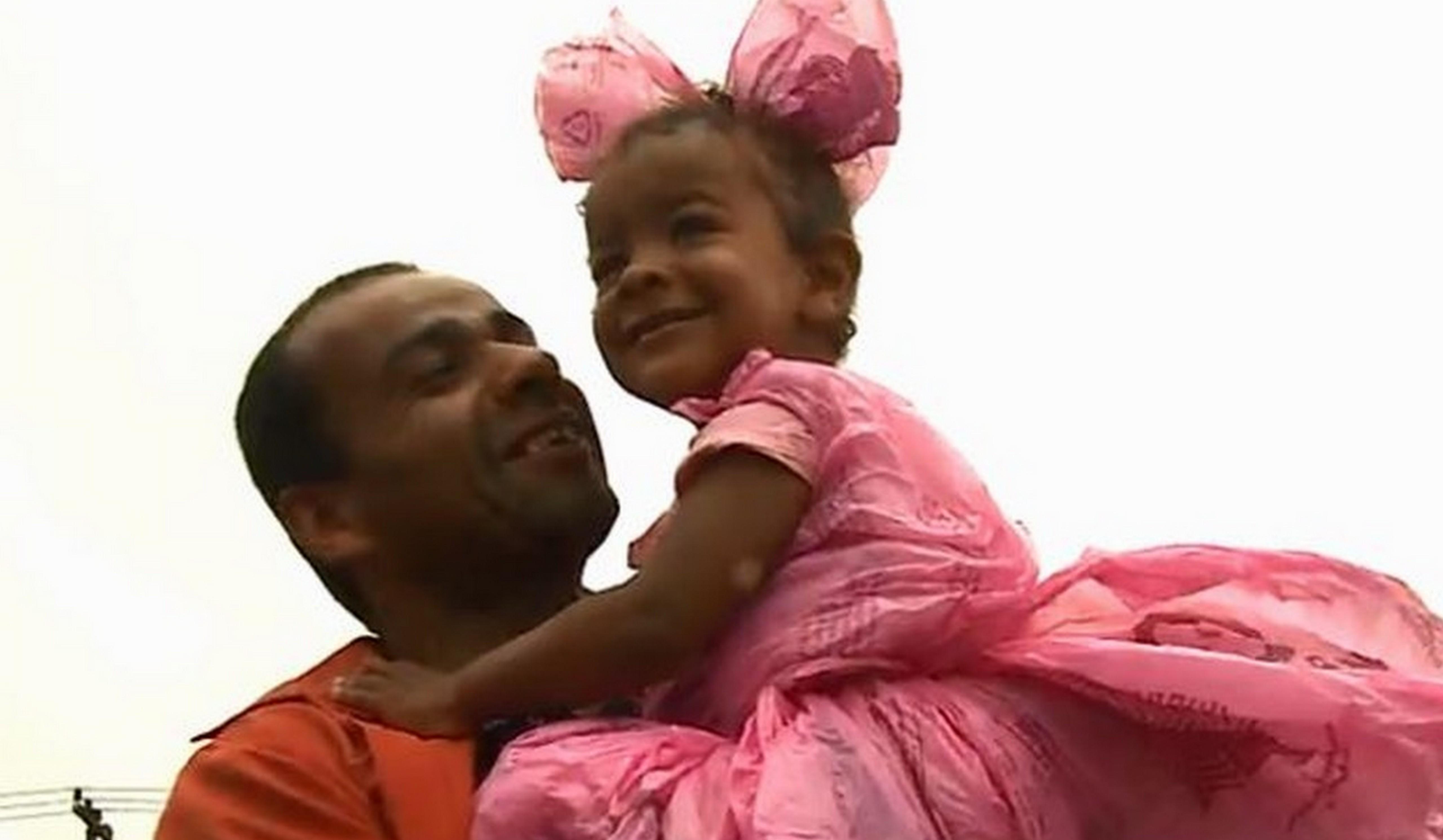 Sem dinheiro, pai cria fantasia com sacolas plásticas para filha 1