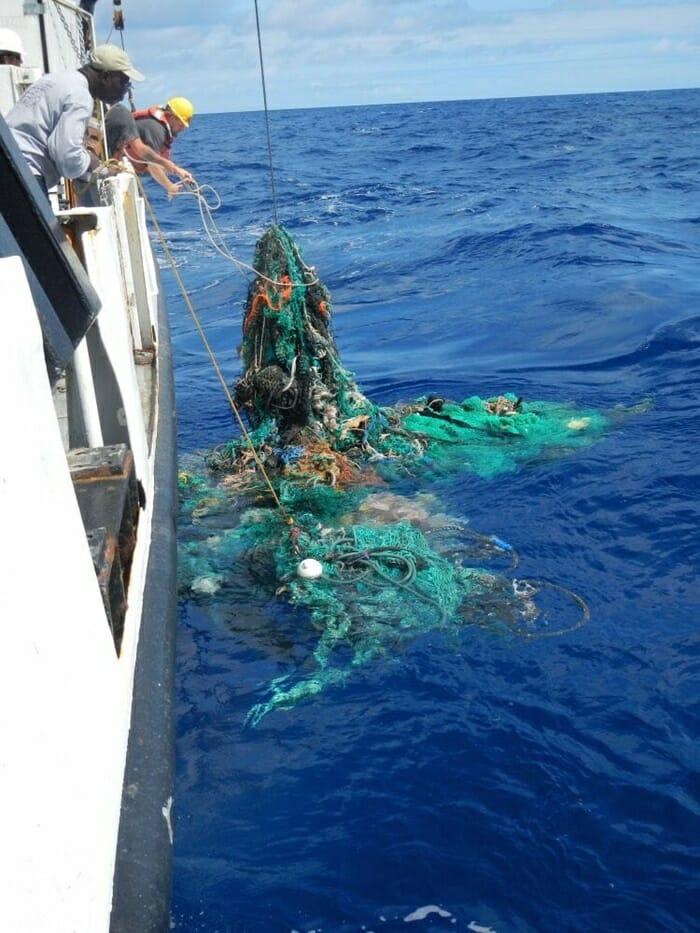 jovem cria dispositivo remover toneladas plástico pacífico