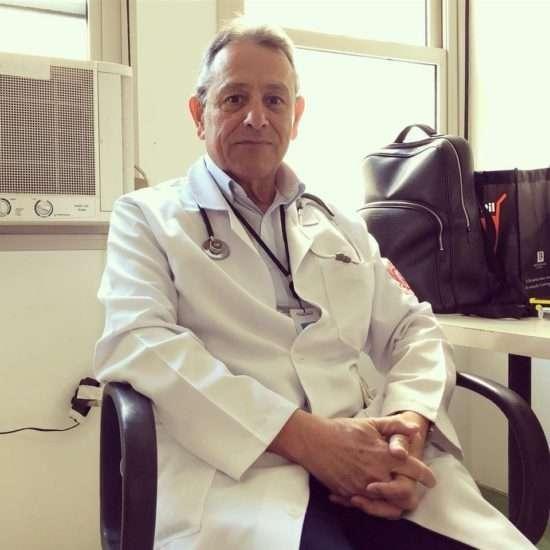 médico coleta lacres alumínio alimentar crianças carentes