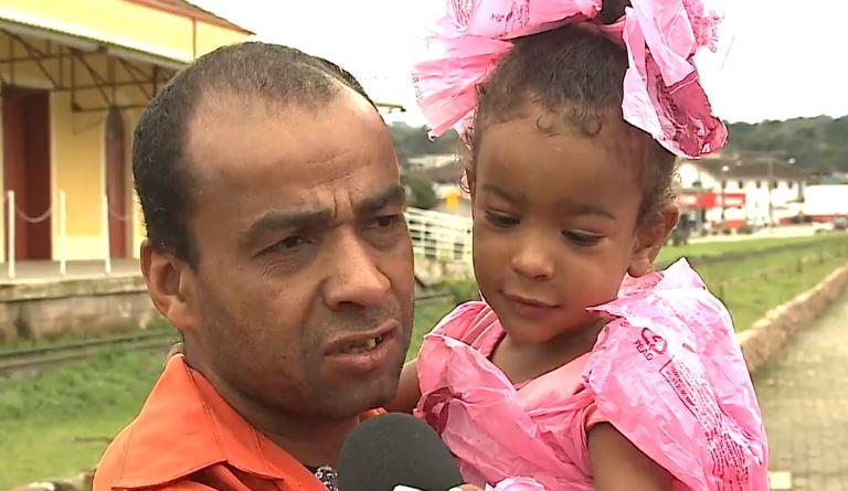 Sem dinheiro, pai cria fantasia sacolas plásticas filha