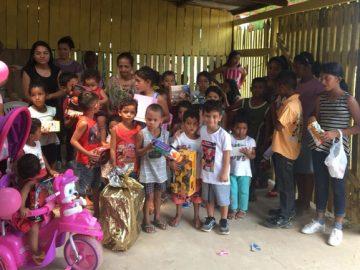 menino doa brinquedos aniversário crianças carentes