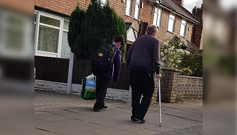 Garoto pede carregar sacola idoso