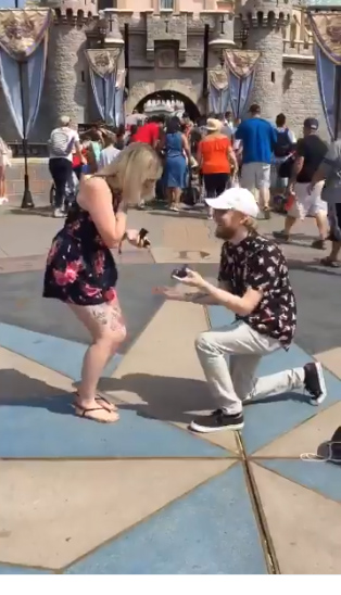 casal pede casamento mesmo tempo