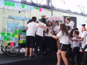 crianças compram carrinho pipoqueiro desempregado