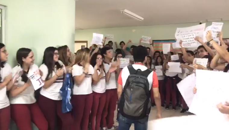 estudantes apoiam professor acusado doutrinação comunista
