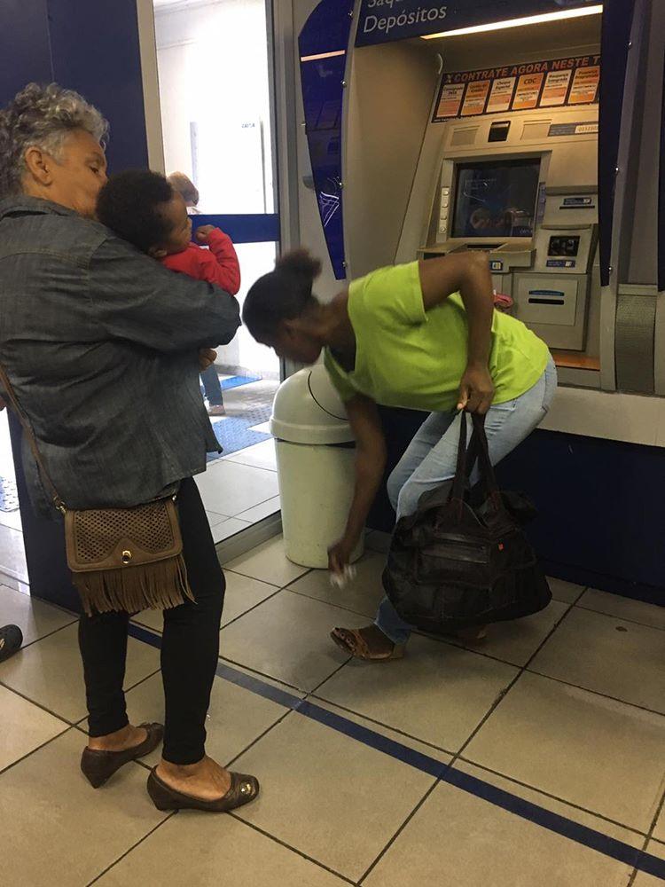senhora segura bebê golfou colo mãe banco