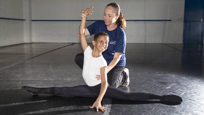 Manicure faz vaquinha virtual e vende canetinhas para realizar sonho de filho bailarino