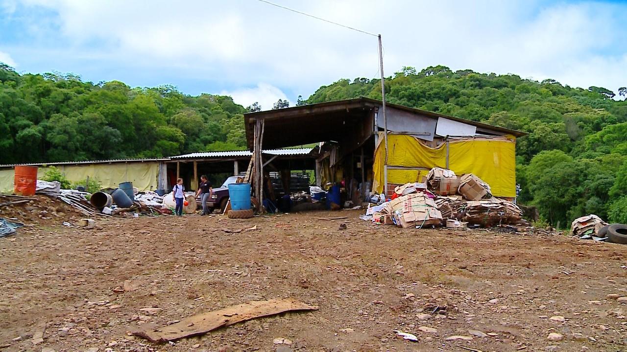 Família de recicladores acha R$ 9 mil no lixo e devolve aos donos