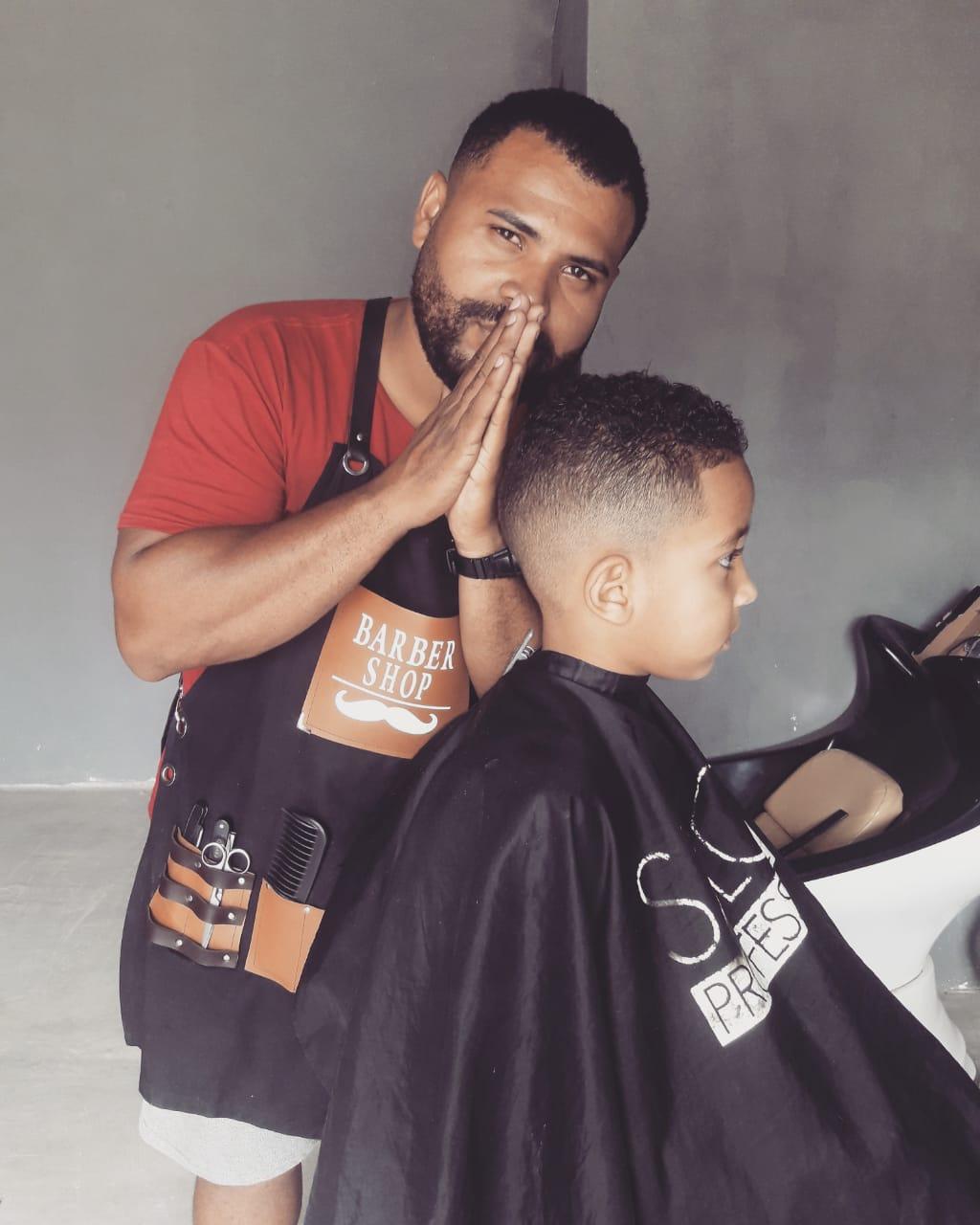barbeiro começa trabalhar quintal casa